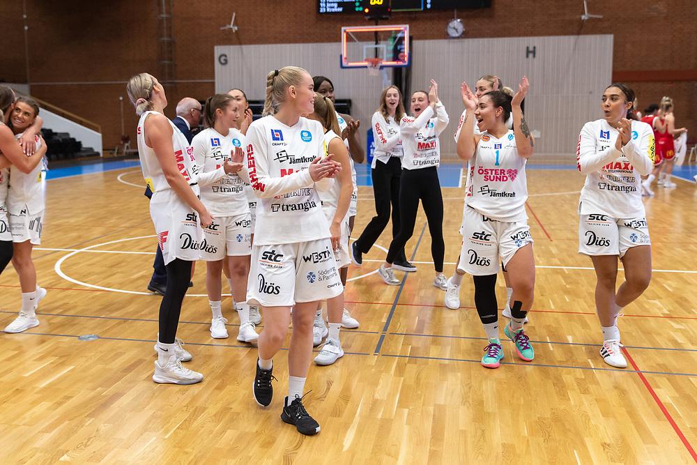 ÖSTERSUND 20210925<br /> Östersund jublar efter segern i lördagens match i Basketligan mellan Östersund Basket och Uppsala Basket i Östersunds Sporthall<br /> <br /> Foto: Per Danielsson/Projekt.P