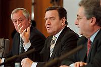 09 JAN 2000, BERLIN/GERMANY:<br /> Dieter Schulte, Vorsitzender Deutscher Gewerkschaftsbund, DGB, Gerhard Schröder, SPD, Bundeskanzler, und Dieter Hundt, Präsident Bundesvereinigung der Deutschen Arbeitgeberverbände, BDA, während der Pressekonferenz zum 5. Spitzengespräch Bündnis für Arbeit; Bundeskanzleramt<br /> IMAGE: 20000109-01/01-23<br /> KEYWORDS: Joachim Hoerster