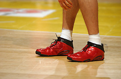 30-12-2002 BASKETBAL: HBW FINALE RICOH ASTRONAUTS - RACING BASKET ANTWERPEN: HAARLEM<br /> De rode schoenen van Lopatka<br /> ©2002-WWW.FOTOHOOGENDOORN.NL