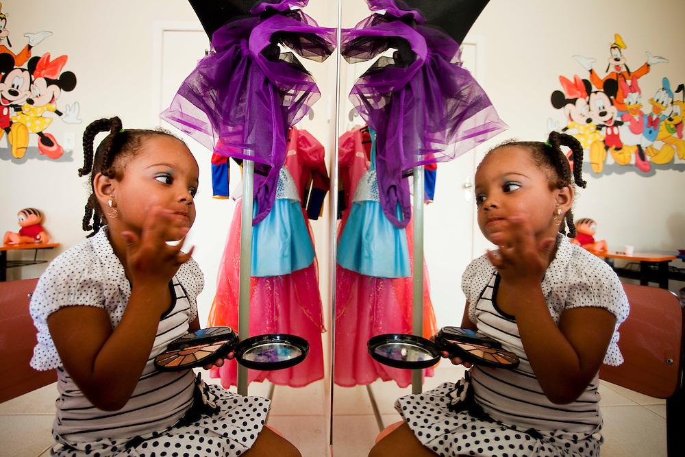 Ijaci_MG, Brasil...Brinquedoteca da cidade Ijaci, Minas Gerais. Na foto, uma menina se maquiando...Toy Library Ijaci city, Minas Gerais. In the photo, the girl is using makeup...Foto: LEO DRUMOND / NITRO