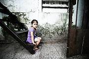 Una bambina nel cortile interno di un convettillo nel quartiere de La Boca a Buenos Aires, 4 marzo 2011.<br /> Foto Christian Mantuano / OneShot