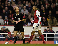 Fotball<br /> FA-cup 2005<br /> Arsenal v Wolves<br /> 29. januar 2005<br /> Foto: Digitalsport<br /> NORWAY ONLY<br /> Referee Mike Riley (L) explains to Arsenal's Thierry Henry why his goal was not allowe