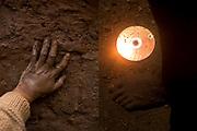 """La mano de Juan Huq junto a un detalle de un CD la lado del pie lleno de barro de Juan quien trabaja la permacultura y el uso del barro para construir casas, hornos, adobe etc. Juan es un joven que se dedica a la vida en el campo y una de sus metas es convertir su terreno en un estudio de música  llamado """"La chozita records"""" junto una escuela para los jóvenes de su comunidad. Cusco, 2020."""
