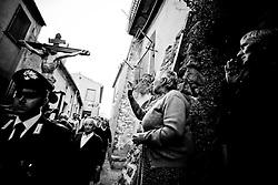 Colobraro (MT) 23/05/2008 - Sagra Maggese - Sul monte alto circa 8OO metri sul livello del mare,a ridosso dell?abitato, è da tempo immemorabile situata una croce che fu collocata a memoria e celebrazione dell?evento che secondo la tradizione nel lontano passato funestò il paese con l?invasione appunto delle cavallette. Queste, dalla lontana Africa, inondarono tutta la zona arrecando gravi danni non soltanto alle vegetazioni ma anche agli uomini con le loro dolorose punture. Ne subirono le conseguenze soprattutto gli anziani e i bambini che non erano in grado di difendersi dai morsi delle migliaia e migliaia di insetti. La popolazione si trovò in uno stato di disperazione e invocò l?aiuto del taumaturgo Francesco da Paola, il quale accolse la supplica e si recò sul posto, dove condusse il Crocefisso sulle sommità dei tre monti che circondano il centro abitato di Colobraro. Sulla cima del Calvario, la più elevata, levò in alto la Santa Croce e ordinò alle cavallette.di allontanarsi dai luoghi che avevano invaso. Si narra che da quell?istante un forte vento spinse le locuste nelle acque del fiume Sinni dove trovarono la morte. In memoria di tutto questo ogni anno, e precisamente il 23 maggio, si snoda unaprocessione per riportare il Crocefisso alla sommità del monte Calvario e per rendere omaggio alla Croce colà situata a ricordo del prodigio. Tradizionale è la processione notturna, accompagnata da una fiaccolata, fatta per le vie principali del paese. Questa ricorrenza risale al dopoguerra, quando i superstiti del grande conflitto tornarono e decisero di dedicare una messa ai caduti per ringraziare il Signore di essere rimasti in vita.