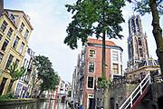 Nederland, Utrecht, 21-8-2019 Gezicht op de stad en de domtoren vanaf een van de grachten, het water . Foto: Flip Franssen