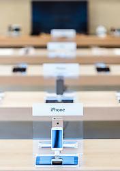 THEMENBILD - Blick auf einen Verkaufstisch mit Iphones in einem Apple Store des US Unternehmens in Edinburgh, Schottland, aufgenommen am 14.06.2015 // a sale table with Iphones in an Apple Store of the US company, Edinburgh, Scotland on 2015/06/14. EXPA Pictures © 2015, PhotoCredit: EXPA/ JFK