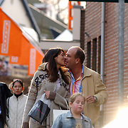 Irene van Laar arm in arm winkelend met vriend Henk Keilman en kinderen, India, kussend