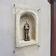 Nederland, Ootmarsum, 5-11-2019  Een beeldje van Jozef en het christuskind in een nis in een muur .Foto: ANP/ Hollandse Hoogte/ Flip Franssen