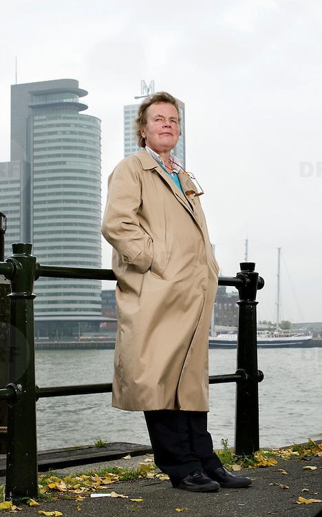 Nederland Rotterdam 4 oktober 2007 20071004 Foto: David Rozing ..Portret stedenbouwkundige Riek Bakker met op de achtergrond de Kop van Zuid..H.E. (Riek) Bakker (geboren op 11 november 1944 in Amsterdam, opgegroeid in Meppel) is een Nederlandse stedenbouwkundige. Haar bekendste projecten zijn de Kop van Zuid in Rotterdam en Leidsche Rijn in Utrecht....Loopbaan.Bakker begon haar loopbaan bij Bureau Zandvoort. Zij richtte in 1977 met collega Ank Bleeker een bureau voor tuin- en landschapsarchitectuur op. In 1984 won zij de prijsvraag Parc de la Vilette in Parijs..Van 1986 tot 1991 was was zij directeur Stadsontwikkeling van de gemeente Rotterdam. Aansluitend was zij van 1991 tot 1993 directeur van de Rotterdamse dienst Stedebouw en Volkshuisvesting.In 1994 was Riek Bakker mede-oprichter van BVR (Bakker en Van Rijs), een adviesbureau voor stedelijke ontwikkeling, landschap en infrastructuur. Zij is partner bij dit bureau..Sinds 1997 is zij hoogleraar stedenbouwkunde aan de Technische Universiteit Eindhoven....Bekende projecten.oKop van Zuid in Rotterdam.oLeidsche Rijn in Utrecht.oUtrecht City Project.oHerinrichting van stadscentra:.oHelmond, Almere, Venlo.oHerinrichting oude Philipsterrein in Eindhoven..Foto David Rozing