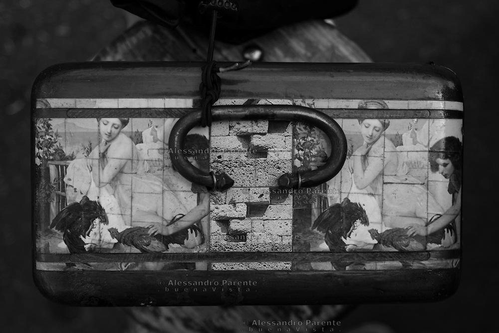 ENG:<br /> Case for blades with old representation of cockfighting in the ancient Rome.<br /> ITA:<br /> Valigetta per lame con una rappresentazione di un combattimento di galli ritrovata a Pompei.