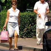 NLD/Laren/20060630 - Sportjournalist Lex Muller en partner Teddy wandelend in Laren