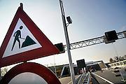 Nederland, Roermond, 15-2-2008..Ingang van de tunnel in de A73 die onder Roermond loopt. Laatste werkzaamheden en veiligheidscontrole voordat de tunnel opengesteld wordt voor verkeer op 18-2. daarna wodt de landtunnel verder afgewerkt in de weekenden en nachten. Het maakt de verbinding tussen Nijmegen en Maastricht een stuk korter. Veel vertraging ontstond door aanvullende wetgeving over tunnelveiligheid die in de eindfase alsnog aangebracht moesten worden...Foto: Flip Franssen/Hollandse Hoogte