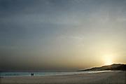 Spanje, Tarifa, 9-5-2017Twee mensen, paar, op het strand bij de zee, bij ondergaande zon, zonsondergang. Associatie geluk. Two people, couple, on the beach along the sea at setting sun, sunset. Association hapinessFoto: Flip Franssen