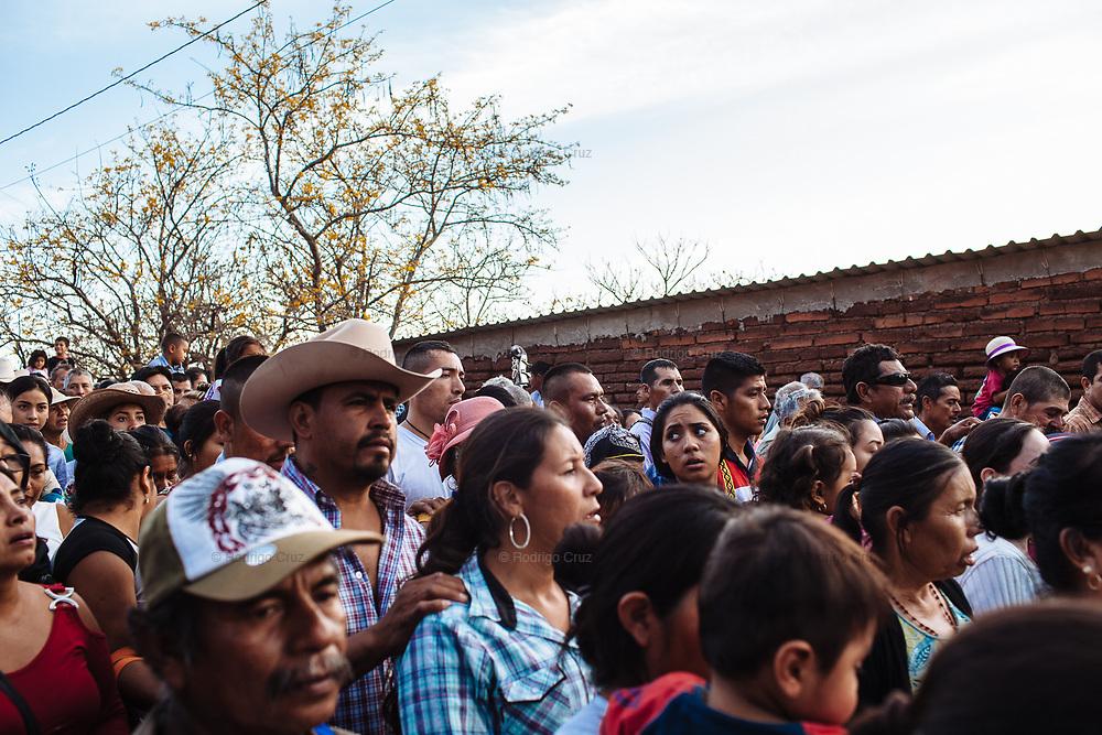 Procesión durante la bienvenida de los días santos en Huaynamota, Nayarit.