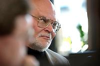 """05 APR 2004, BERLIN/GERMANY:<br /> Prof. Dr. Peter Loesche, Politikwissenschaftler Universitaet Goettingen, waehrend einem Roundtable-Gespraech der zeitschrift Politik und Kommunikation, Restaurant """"Die 1""""<br /> IMAGE: 20040405-01-045<br /> KEYWORDS: Peter Lösche"""