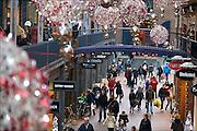 Nederland, Nijmegen, 23-13-2014Winkelstraat, Marikenstraat, in Nijmegen. Mensen doen kerstinkopen. Onderdeel van de Marienburg. De straatversiering voor de kerst is opgehangen. Winkelen, architectuurFoto: Flip Franssen/Hollandse Hoogte