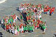"""© Filippo Alfero<br /> I bambini di Venaria compongono l'Italia con uno stivale umano in occasione di """"Tutti a scuola"""" inaugurazione anno scolastico<br /> Venaria (TO), 21/09/2010<br /> cronaca<br /> Nella foto: l'Italia formata dai bimbi e Cristina Chiabotto"""