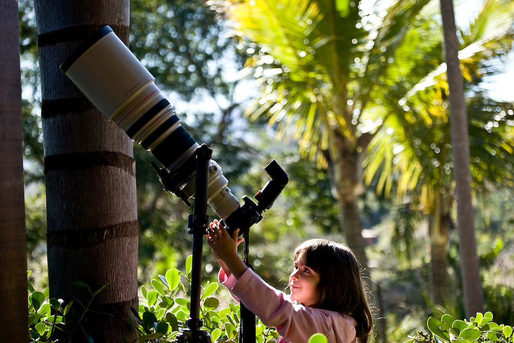 Nova Lima_MG, Brasil...Garota observa camera fotografica e super-tele objetiva...A girl looking for a camera and super-telephoto lens...Foto: JOAO MARCOS ROSA / NITRO