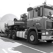 NLD/Huizen/19920521 - Naverbrander voor BNI Huizen zwaar transport met vrachtwagen door Huizen