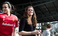 AMSTELVEEN - Hockey - Hoofdklasse competitie dames. AMSTERDAM-DEN BOSCH (3-1) De geblesseerde  Lidewij Welten (Den Bosch) . links Rachelle Groot (Den Bosch)  COPYRIGHT KOEN SUYK