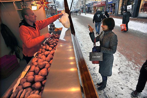 Nederland, Nijmegen, 19-12-2010Oliebollenkraam in het centrum van de stad.Foto: Flip Franssen/Hollandse Hoogte