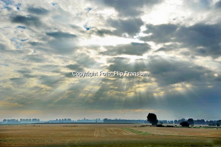 Nederland, Ubbergen, 8-9-2020De zon laat een stralenkrans boven het landschap zien doordat ze door het wolkendek schijnt.Foto: ANP/ Hollandse Hoogte/ Flip Franssen