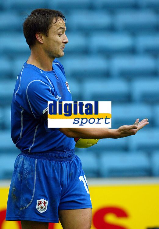 Fotball<br /> England 2004/2005<br /> Foto: BPI/Digitalsport<br /> NORWAY ONLY<br /> <br /> Millwall v West Ham United<br /> Coca Cola Championship. 21/11/2004.<br /> <br /> Millwall's Dennis Wise picks up coins that were thrown at him by the West Ham fans