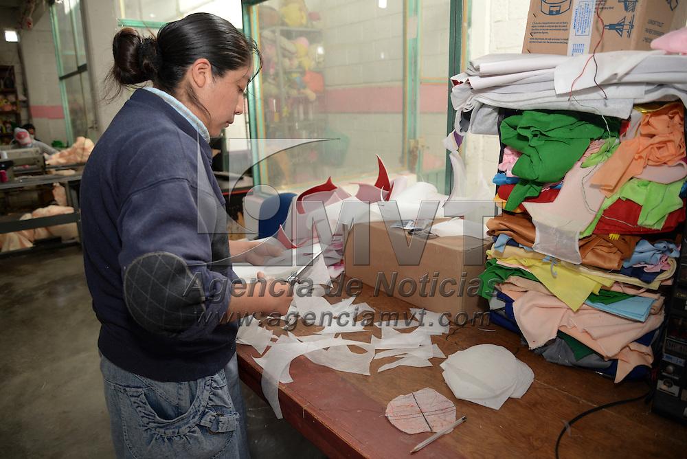Xonacatlán, México.- Alrededor de 250 talleres trabajan en la producción de osos de peluche, uno de los principales regalos para este 14 de febrero,  Día del Amor y la Amistad, al igual que corazones, cojines, y otras figuras de peluches que recibirán muchas parejas este día.  Agencia MVT / Crisanta Espinosa