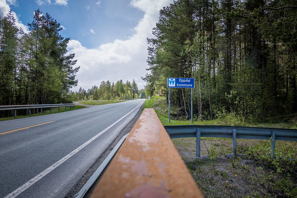 Veiskilt langs europavei 6 som markerer overgang ved kommunegrensen til Oppdal kommune.