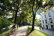 In Utrecht genieten mensen van de mooie nazomerse dag.<br /> <br /> In Utrecht people enjoy a nice day in the autumn.
