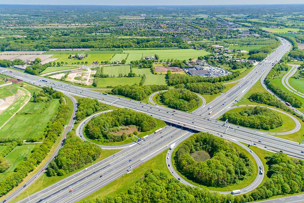 Nederland, Gelderland, Amersfoort, 13-05-2019; Knooppunt Hoevelaken, verkeersknooppunt (klaverblad), aansluiting van de autosnelwegen A28 (links-recht) met A1. Boven in beeld, naast de A1, de plaats Hoevelaken.<br /> <br /> Hoevelaken junction, near Amersfoort<br /> <br /> <br /> aerial photo (additional fee required); luchtfoto (toeslag op standard tarieven); copyright foto/photo Siebe Swart