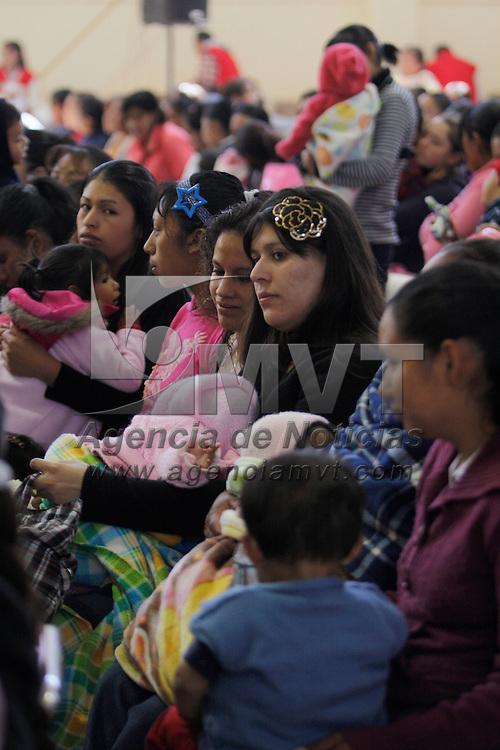 """TOLUCA, México.- 17 mil mujeres de Toluca  recibieron el apoyo del programa """"Mujeres Comprometidas"""", con lo cual podrán seguir trabajando, estudiando y apoyar económicamente en sus hogares . Agencia MVT / Crisanta Espinosa. (DIGITAL)"""