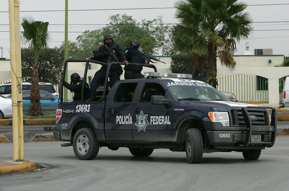 Reynosa, Tamaulipas - 17 Feb 2009 - .Mexican Federal Police speed around a corner towards the scene of a shooting that left 5 dead in Reynosa on Tuesday afternoon..Photo by Alex Jones / ajones@themonitor.com