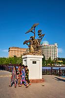 Tadjikistan, Douchanbé, parc Rudaki, statue de Abu Ali Ibni Sino // Tajikistan Douchanbe, Rudaki park, Abu Ali Ibni Sino statue