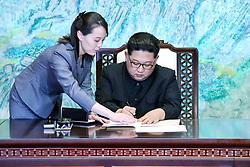 문재인 대통령과 김정은 국무위원장이 27일 오후 판문점 평화의 집에서 열린 남북정상회담에서 한반도의 평화와 번영, 통일을 위한 판문점 선언문에 서명하고 있다.