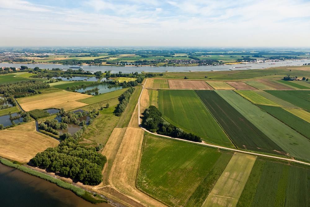 Nederland, Gelderland, Gemeente Brakel, 08-07-2010; Buitenpolder Het Munnikeland, aan de horizon de Waal. In het kader van het programma Ruimte voor de Rivier zijn er plannen om de polder weer als komgebied te gaan gebruiken voor de opvang van water bij hoge waterstanden. De Waalkade wordt verlaagd. .Polder Munnikenland, river Waal right and at the horizon. Under the program 'space for the river', there are plans to use the polder as retaining basin during high water. The height of the dike of the river Waal (right) will be reduced..luchtfoto (toeslag), aerial photo (additional fee required).foto/photo Siebe Swart