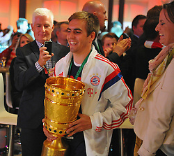 "17.05.2014, T Com, Berlin, GER, DFB Pokal, Bayern Muenchen Pokalfeier, im Bild Philipp Lahm brings in the trophy Philipp Lahm, // during the FC Bayern Munich ""DFB Pokal"" Championsparty at the T Com in Berlin, Germany on 2014/05/17. EXPA Pictures © 2014, PhotoCredit: EXPA/ Eibner-Pressefoto/ EIBNER<br /> <br /> *****ATTENTION - OUT of GER*****"