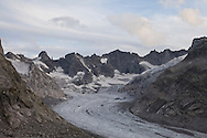 la testata della valle del forno con il suo ghiacciaio. ( da sx i pizzi Torrone, la punta Rasica e, all'estrema dx la cima di Castello.