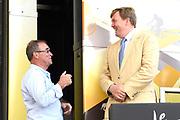 Uitreiking Gele trui na eerste etappe in Utrecht na de individuele tijdrit van 13,8 km.<br /> <br /> Presentation Yellow jersey after the first stage in Utrecht after the individual time trial of 13.8 km.<br /> <br /> Op de foto / On the photo:   Koning Willem Alexander en Bernard Hinault