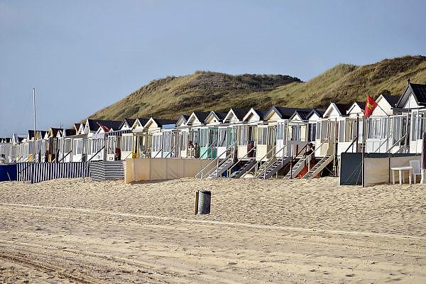Nederland, Dishoek, 13-9-2014 Vakantiehuisjes, strandhuisjes staan tegen het duin, de duinen, op het strand van Walcheren in Zeeland. FOTO: FLIP FRANSSEN/ HOLLANDSE HOOGTE