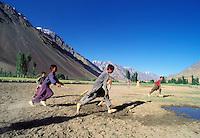 Pakistan - Le Polo des Rois - Tournoi de Polo le plus haut du monde au col de Shandur à 3800 m d'altitude entre les anciens royaumes de Chitral et de Gilgit - Enfants d'un village jouant au polo //Pakistan, Khyber Pakhtunkhwa, polo tournament at Shandur Pass at an altitude of 3800 m between Chitral and Gilgit team