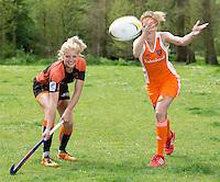 AMSTERDAM - RUGBY-HOCKEY- Hockey international Carlien Dirkse van den Heuvel ontmoet Rugby international Tessa Velthuis, voor Hockey Weekly (TIG).  FOTO KOEN SUYK