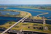 Nederland, Zeeland, Krammer, 12-06-2009; Krammersluizen in de Philipsdam. De scheepvaartsluizen maken scheepvaartverkeer mogelijk tussen Rijn en Schelde en zijn zo gebouwd dat het zoete water van het Volkerak (links in beeld) gescheiden blijft van het zoute water uit de nabijgelegen Oosterschelde. Boven het midden een van de basins met pompstations die onderdeel uit maken van het compartimeringssyteem<br /> Swart collectie, luchtfoto (25 procent toeslag); Swart Collection, aerial photo (additional fee required)<br /> foto Siebe Swart / photo Siebe Swart