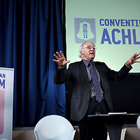 Nederland, Achlum , 28 mei 2011..Conventie van Achlum..Achmea bestaat dit jaar 200 jaar. In dit jubileumjaar gaat Achmea terug naar haar roots: het Friese dorpje Achlum. Op 28 mei vindt daar de Conventie van Achlum plaats. Zo'n 2000 mensen gaan daar met elkaar in gesprek over de toekomst van Nederland binnen de thema's: veiligheid, mobiliteit, arbeidsparticipatie, pensioen en gezondheid. Dit doen we met top sprekers uit de politiek en wetenschap maar ook met mensen zoals jij..Op de foto Emeritus Historische Nederlandse Letterkunde.Foto:Jean-Pierre Jans
