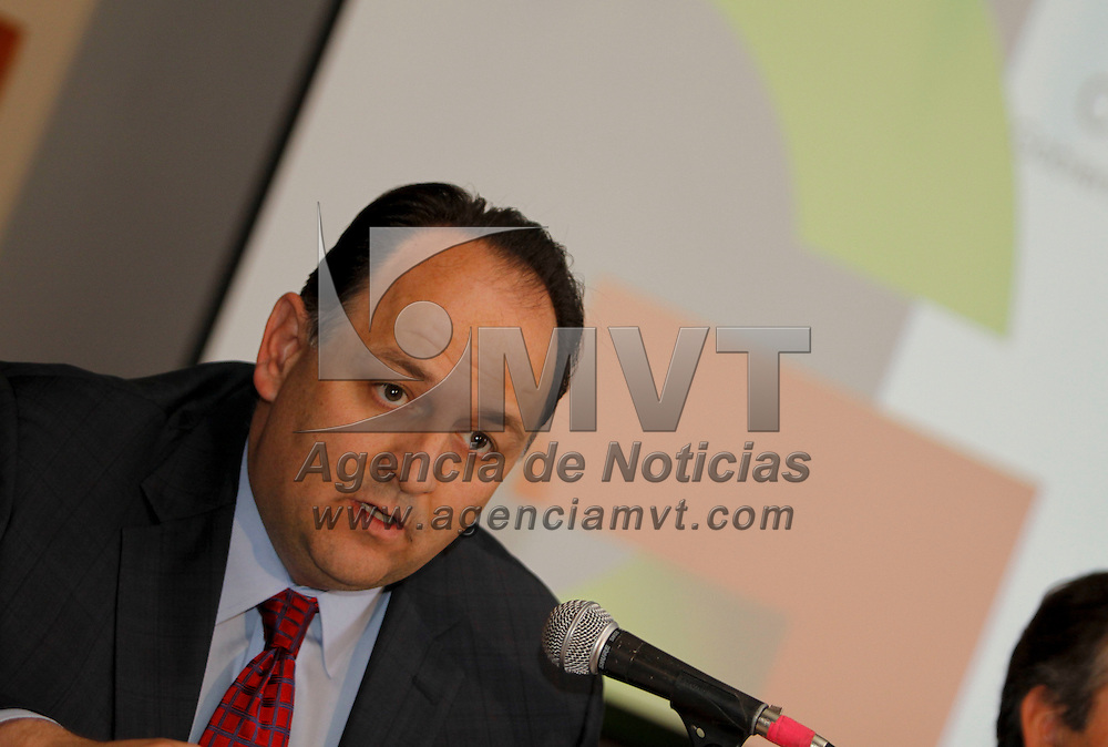 Toluca, México.- Raúl Murrieta Cummings, secretario de Finanzas en conferencia de prensa anuncio que se presentará una denuncia civil y una penal en contra de Ricardo Monreal, por la probable violación del secreto bancario y daño moral hacia el Gobierno del Estado de México. Agencia MVT / Crisanta Espinosa