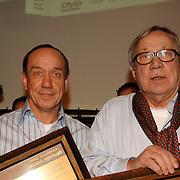NLD/Amsterdam/20060309 - Uitreiking speciale DVD Baantjer ondertiteld voor doven Victor Reinier en Piet Römer, zij kregen tevens een award voor 100000 verkochten dvd's, Peter en Piet Römer