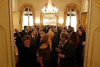 03 OCT 2001, PARIS/FRANCE:<br /> Empfang der deutschen Botschaft in Paris, Frankreich, anlaesslich des Tages der deutschen Einheit, Palais Beauharnais<br /> IMAGE: 20011003-01-044