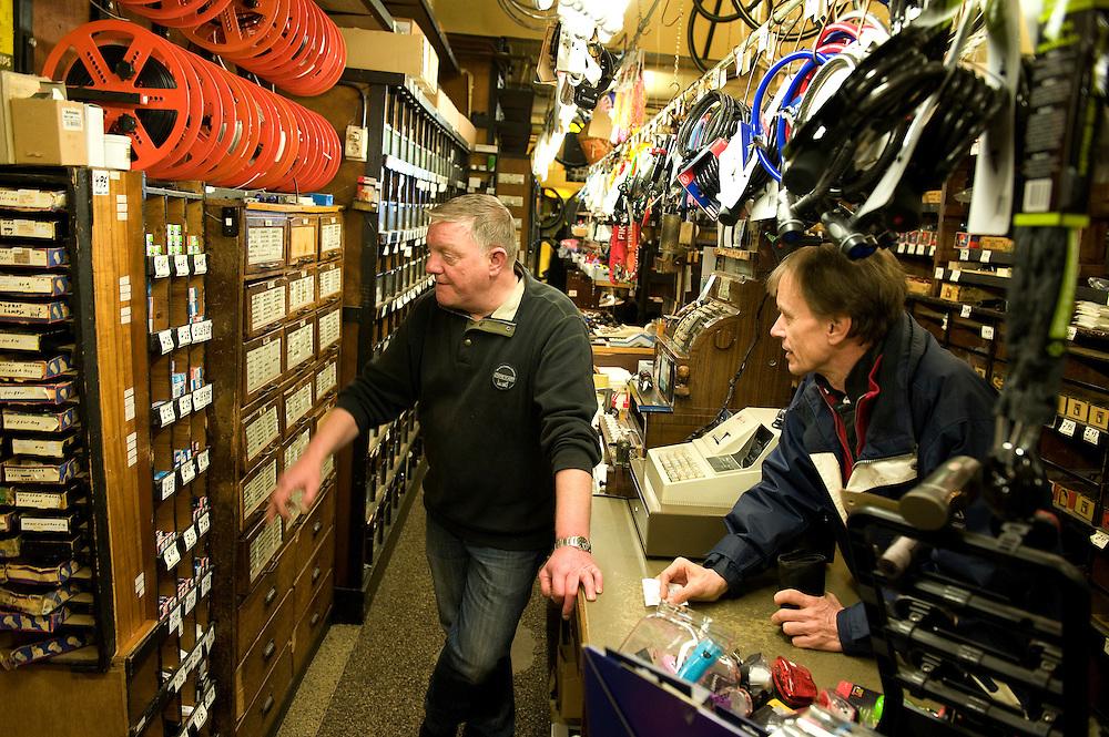 Nederland, Alkmaar, 2 april 2010.Oude winkel met veel laadjes en heel erg groot assortiment van fietsbel tot gloeilamp. .Zelfstandig ondernemer. Er zijn steeds minder van dit soort winkels, in alle steden zie je dezelfde winkels van dezelfde ketens in het winkelcentrum. . .Foto Michiel Wijnbergh