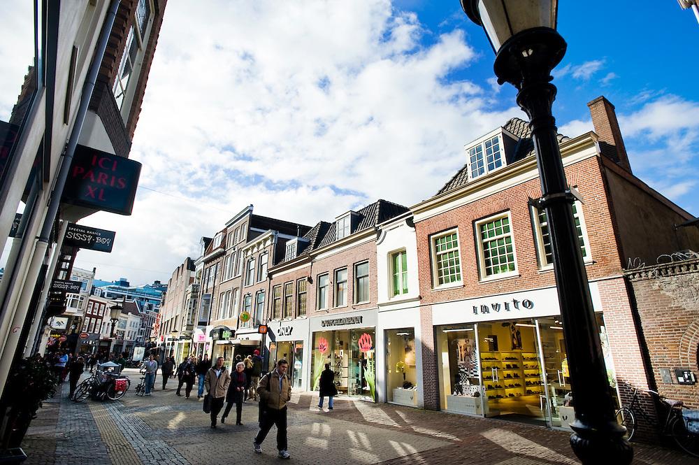 Nederland, Utrecht, 31 maart 2010.In winkelstraten zoals de binnenstad van Utrecht is slechts 1 procent van de winkels in handen van zelfstandige ondernemers. De rest is in handen van ketens die overal in alle steden en dorpen ook winkels hebben. Dat is slecht voor de eigen identiteit van steden. Een rapport hierover werd vandaag aan de Utrechtse burgemeester Wolfssen overhandigd..Utrecht heeft nog wel mooie karakteristieke pandjes in de winkelstraten, de winkels die er in zitten vind je echter overal...Foto Michiel Wijnbergh
