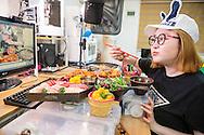 MUKBANG - KOREA<br /> Seo Yoon Ahn äter framför en web cam och samtidigt kommunicera med tittarna i realtid. Att äta online kallas mukbang. Seoul, Korea
